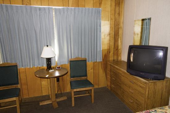 Big Bear Motel: Window opens to parking lot so drapes are closed.