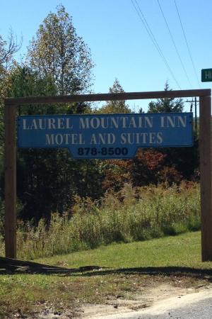 Laurel Mountain Inn: Sign at the turn off into the motel on Hwy 11