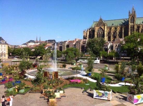Place de la Comédie : Le parterre fleuri de l'été 2015