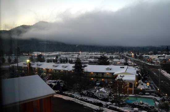 Holiday Inn Express Grants Pass: View from the room early morning