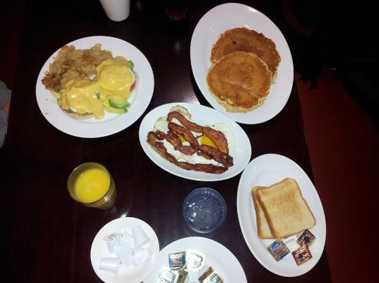 Douglaston, estado de Nueva York: Cali Eggs Benedict and Hungry Jack Pancakes (2)