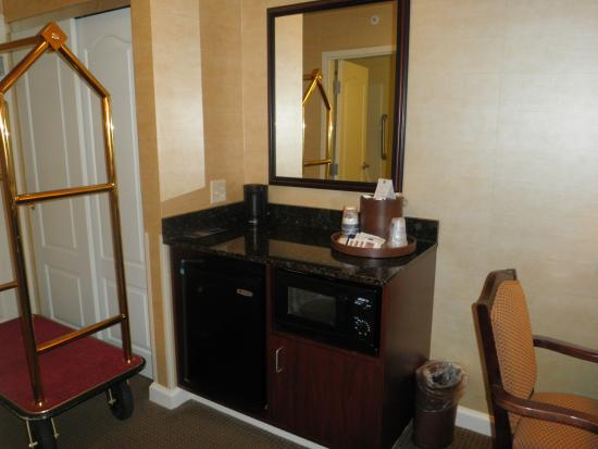 BEST WESTERN PLUS Vineyard Inn & Suites: Refrigerator and microwave