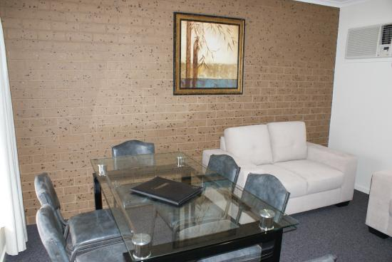 Warrnambool Holiday Park and Motel: Family Apartment Dining Area