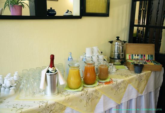 Ihr Hotel Alt-Connewitz in Leipzig Frühstücksbuffet mit  frischen Fruchtsäften