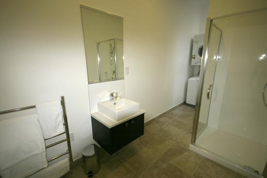 Quest Hamilton: modern bathrooms
