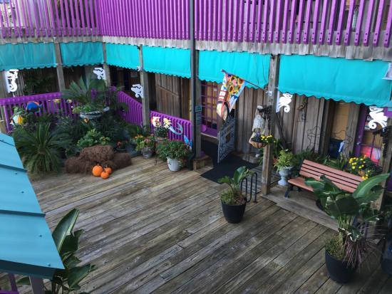 Cedar Key Harbour Master Suites: The courtyard