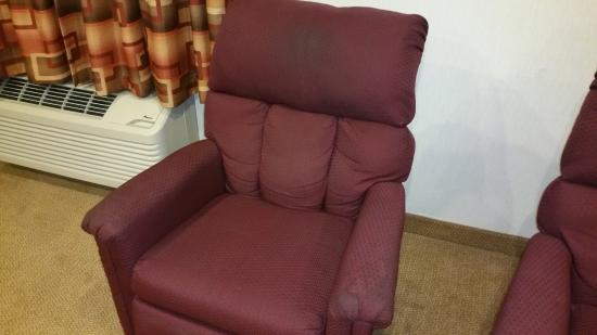 Baymont Inn & Suites Whitewater : Disgusting chairs in room