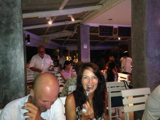 The Two Sisters Bar & Restaurant: Smiling faces = happy night.