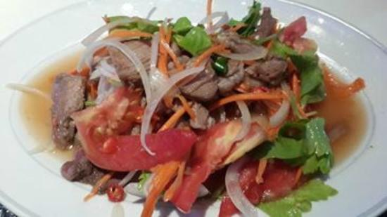 The Two Sisters Bar & Restaurant: Spicy beef salad, can be orded as not spicy to. Lovely salad!!!!