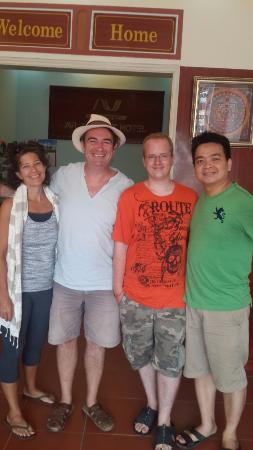 Avi Airport Hotel: A photo with fellow budget travellers and the very friendly host at AVI