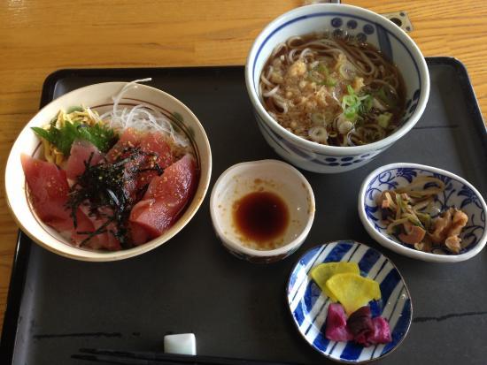 Kurumaya Genji: ランチメニュー(鉄火丼と蕎麦セット)