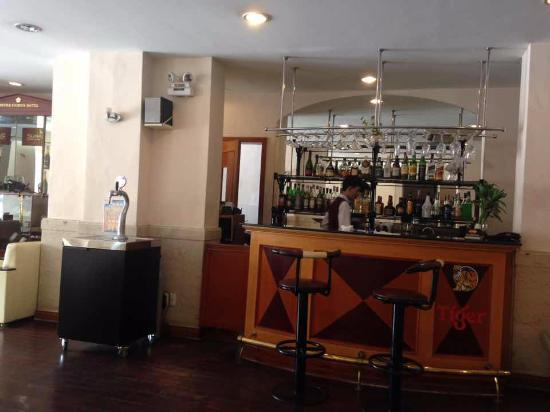 Oscar Saigon Hotel: the lounge bar at the lobby
