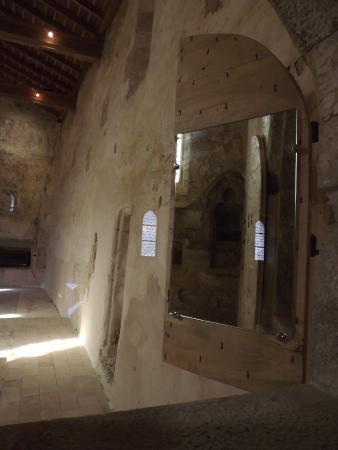 Une chapelle int rieure en reflet dans un miroir qui for Reflet dans un miroir