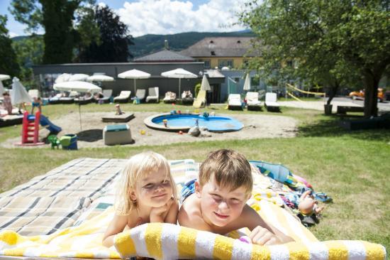 Familienhotel Post: Viel Wasser und Sand zum Spielen