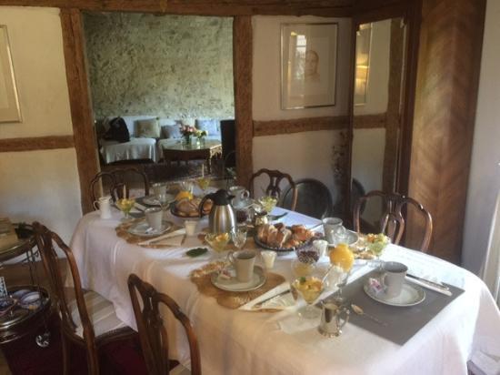 la Maison des 5 Temps B Et B de Charme: Frühstückstisch