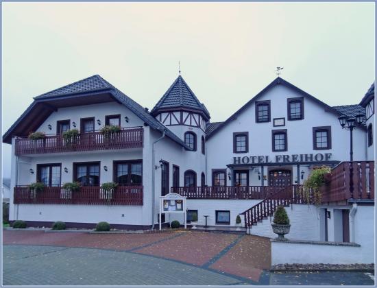 Hiddenhausen, Germany: Панорама отеля (мое окно где-то над входом)
