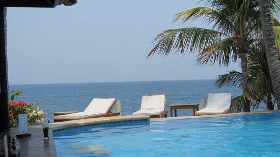Resort Relax Bali: pohled přes hotelový bazén