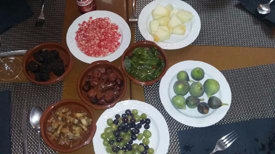 Restaurante Casa Luciano : Complemento para migas. Higos, granada, pimientos, morcilla, chorizo, melón,,,