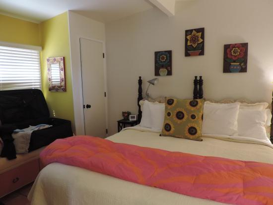 Peppertrees Bed & Breakfast Inn : King size bed
