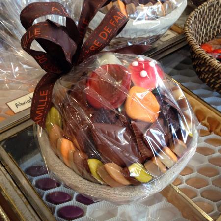 A la Mere de Famille: Gift basket with chocolates, calissons & other temptations - À la Mère de Famille, 75009 Paris