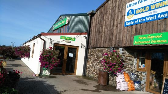 Lifton, UK: The entrance to the Farm Shop and restaurant