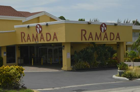 Ramada by Wyndham Fort Lauderdale Airport/Cruise Port: Front entrance to hotel