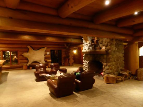 lobby mit gro em kamin bild von hotel sacacomie saint. Black Bedroom Furniture Sets. Home Design Ideas