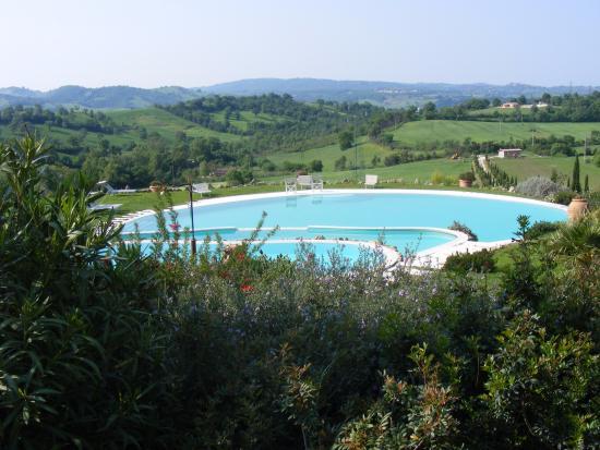 La piscina sembra fare parte del paesaggio foto di bagno santo