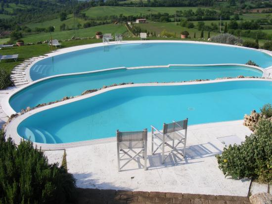 la posizione della piscina consente di godere del paesaggio ...