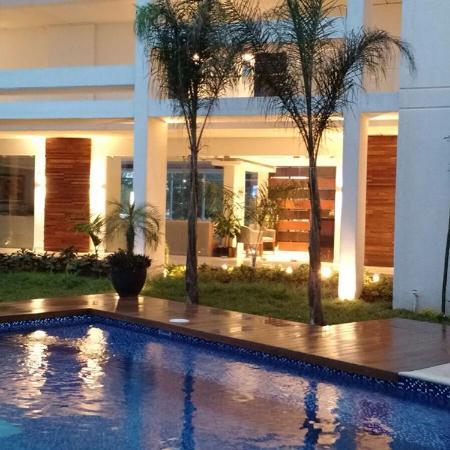 Hotel Meson de la Luna: alberca de  noche y  vista del bar