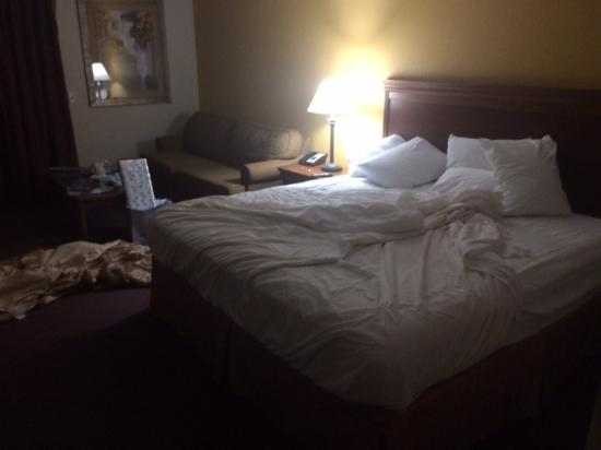 Saratoga Inn & Suites: The uncleaned room I came back to