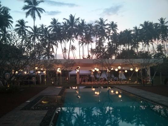 Bentota, Sri Lanka: Taru Villas pool near the beach