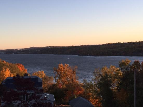 River Hill Bed and Breakfast: sunrise over the Hudson...quiet and serene