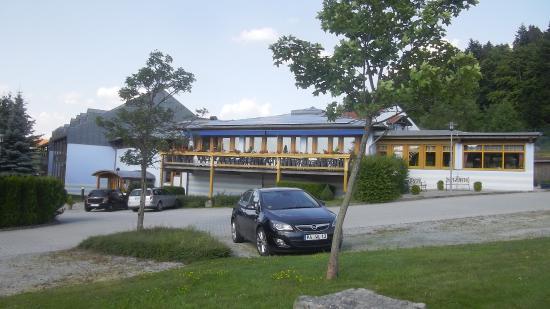 Sporthotel Sonnenhof: Speisesaal vom Parkplatz gesehen