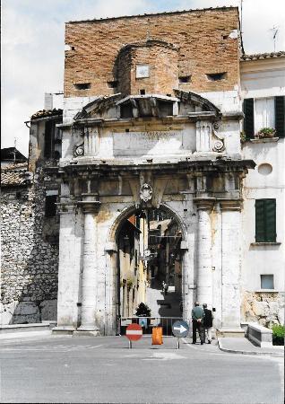 Amelia porta romana ingresso principale foto di - Porta romana viaggi ...