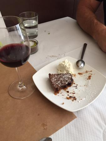 Sallèles-d'Aude, Frankrig: the best chocolate cake ever ( and we are American) and the best dessert we had our entire week!
