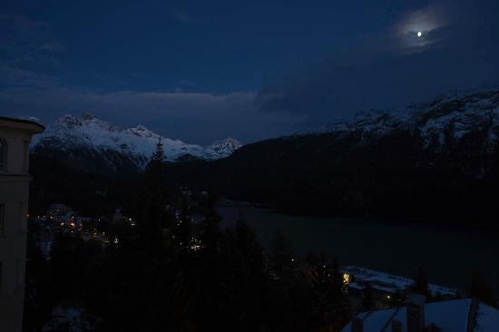 Hotel Languard: Evening view of mountains and lake from our window