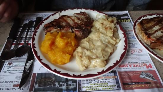 Gloversville, Nova York: Grilled Pork Chops & Side Dishes