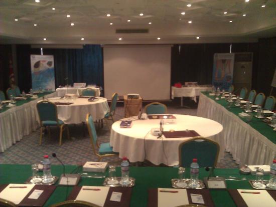 Hotel Belvédère Fourati : la salle de commission qui a été adapter selon les besoins de la formation