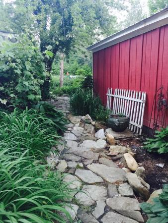 Gable Haus Country Inn & Linville Cottages: Walkway to Avery's Cottage