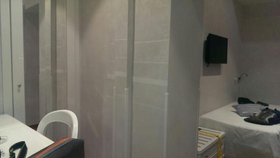 Hotel Oxford: Bedroom and bathroom