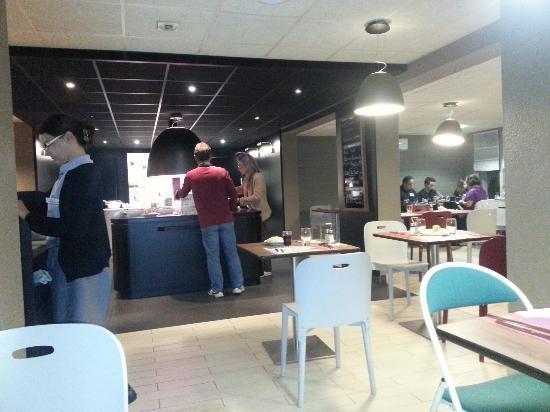 Restaurant Campanile: 3 buffets à  volonté, entrées froides, plats chauds et desserts Attention au régime. ..