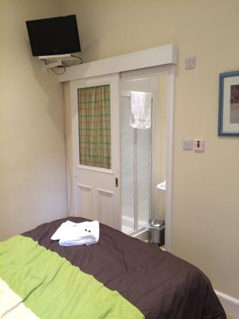 Adam Drysdale House: Double room with ensuite bathroom