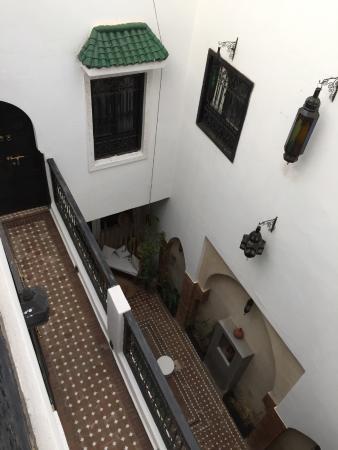 Riad Shambala: Patio y escalera de acceso a habitaciones