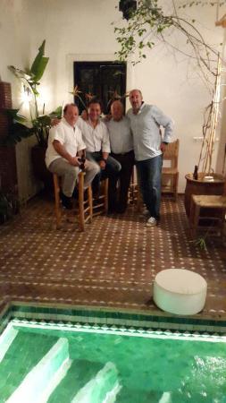 Riad Shambala: Junto a la piscina, relajados