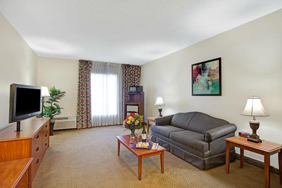 Baymont Inn & Suites Houston- Sam Houston Parkway: Suite Sitting Area with Sleeper Sofa