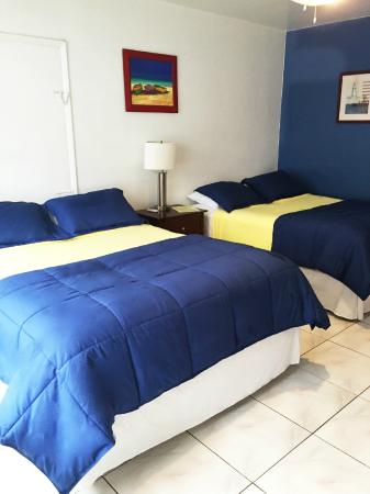 Paradise Oceanfront Hotel: Room 11, Two Queen Beds with Partial Ocean View