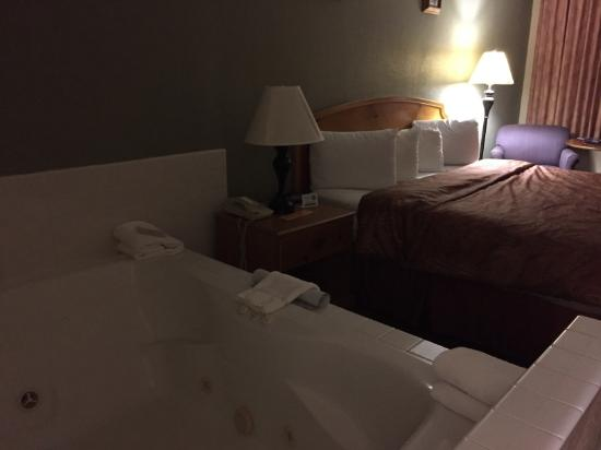 Three Bear Lodge: Motel room w/king size bed & jacuzzi