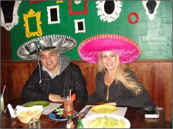 134818bcaa4c4 Recuerdos con Sombrero Mexicano.  fotografía de Don Valdez ...