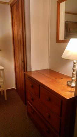 Cove Bluffs Inn: dressers built into both rooms